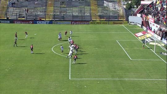 Diogo Oliveira cobra falta no ângulo, mas Martín, espalma para escanteio, aos 21' do 1º Tempo