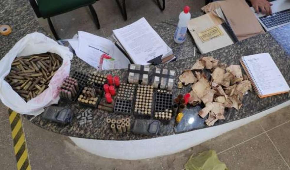 Polícia prende suspeitos e apreende armas e munição enterradas, em Itapiúna. — Foto: Polícia Militar/ Divulgação