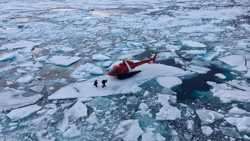 Helicóptero do navio sueco Oden pousa em um dos pedaços de gelo onde estava presa a boia com as gravações de pesquisadores. — Foto: Divulgação/Inner Space Center