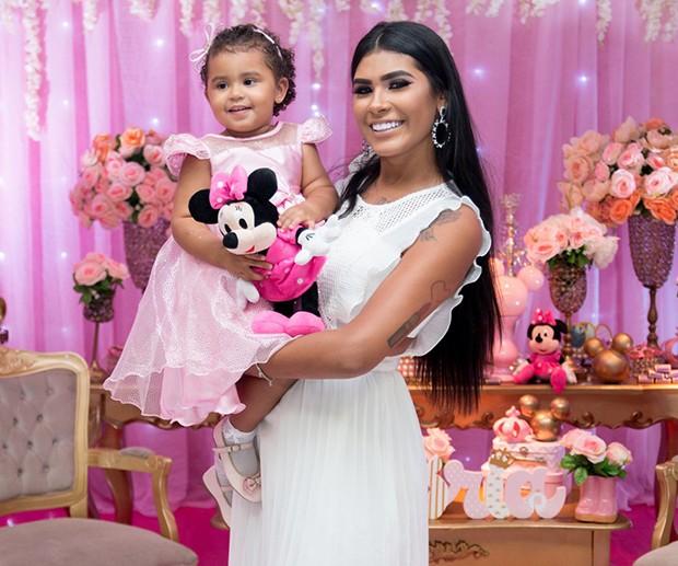 Mc Pocahontas com a filha, Vitória (Foto: Agnews)