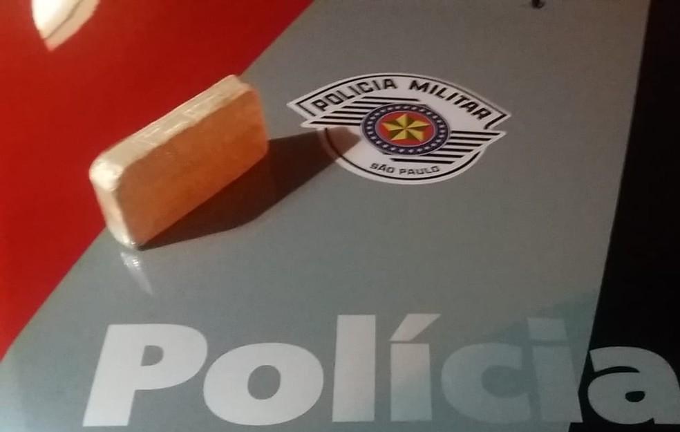 Tijolo de cocaína estava dentro de mochila — Foto: Polícia Militar/Cedida