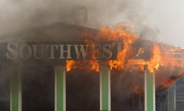 Fachada do hotel em chamas nesta sexta-feira (31) em Houston (Foto: AP Photo/Houston Chronicle, Cody Duff)