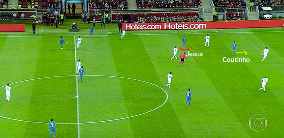 Coutinho infiltrando no espaço deixado por Jesus (Foto: Leonardo Miranda)