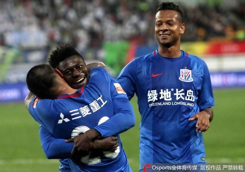 Obafemi Martins e Fredy Guarn na partida entre Guizhou Zhicheng e Shanghai Shenhua  Foto sinacom