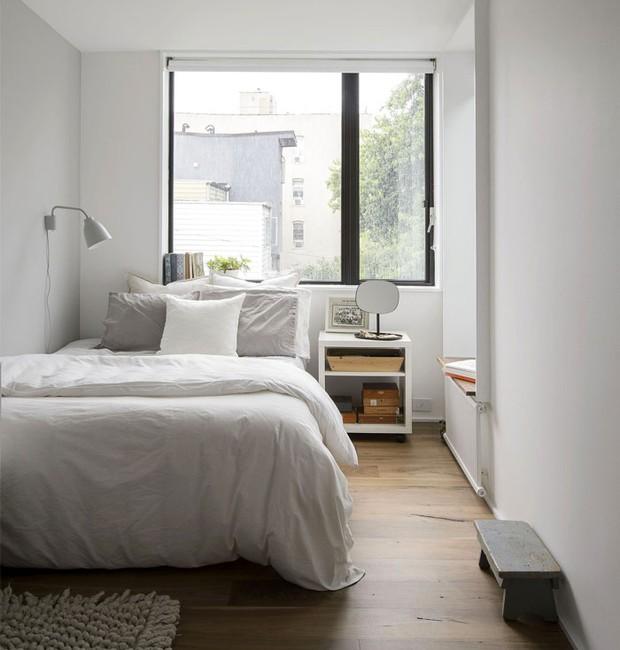 A simplicidade da decoração traz calmaria e otimiza a iluminação natural que transborda das janelas (Foto: Indecora/ Reprodução)