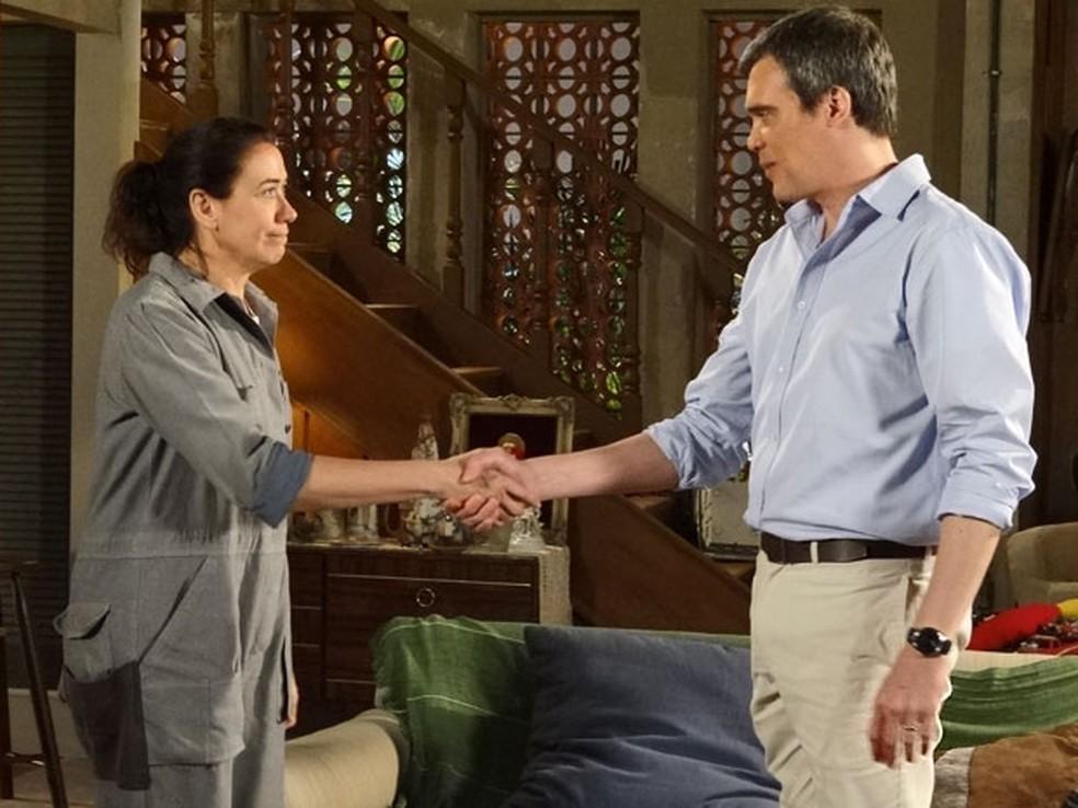 René (Dalton Vigh) faz proposta a Griselda (Lilia Cabral) em 'Fina Estampa' — Foto: Globo