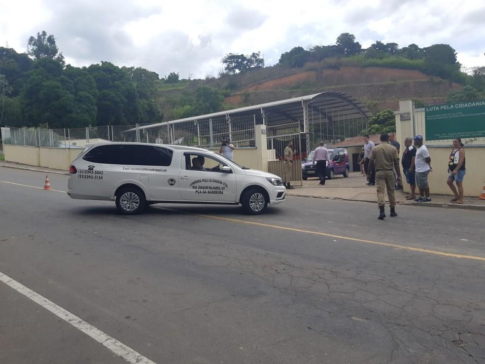 Corpo de Jorge Eduardo do Flamengo chega a Além Paraíba — Foto: Augusto Medeiros