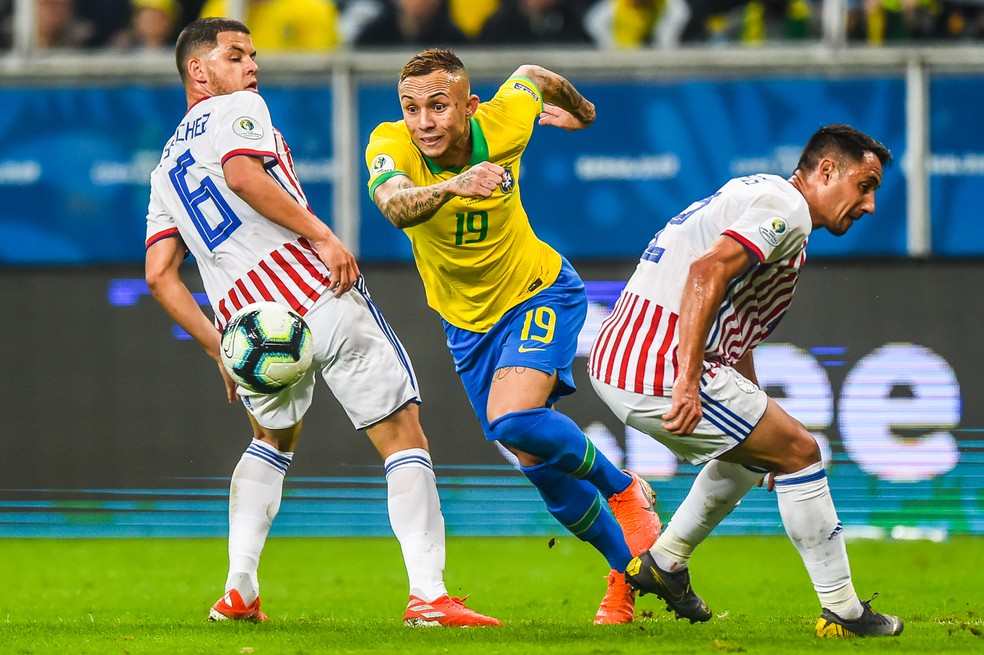 Everton passa por dois no empate por 0 a 0 com o Paraguai: Cebolinha tem sido atração da seleção brasileira — Foto: Vinícius Costa/BP Filmes.