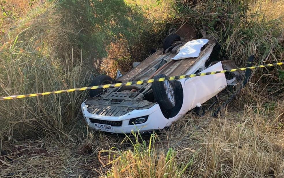 Honda Civic capotou e ficou com a parte traseira destruída após acidente em Cachoeira Alta — Foto: PRF/Divulgação