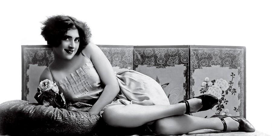 Mulher desconhecida em pose: o sexo nos anos 1920 era em preto e branco, mas também quente (Foto: Bob Thomas/Popperfoto/Getty Images)