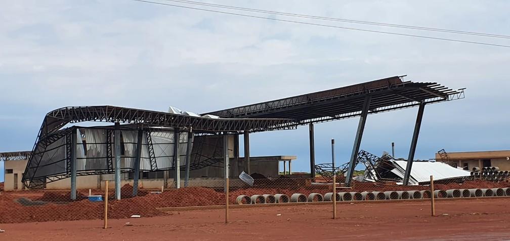Cobertura de posto de combusítveis em Bela Vista do Paraíso ficou destruída após temporal — Foto: Alberto D'Angele/RPC