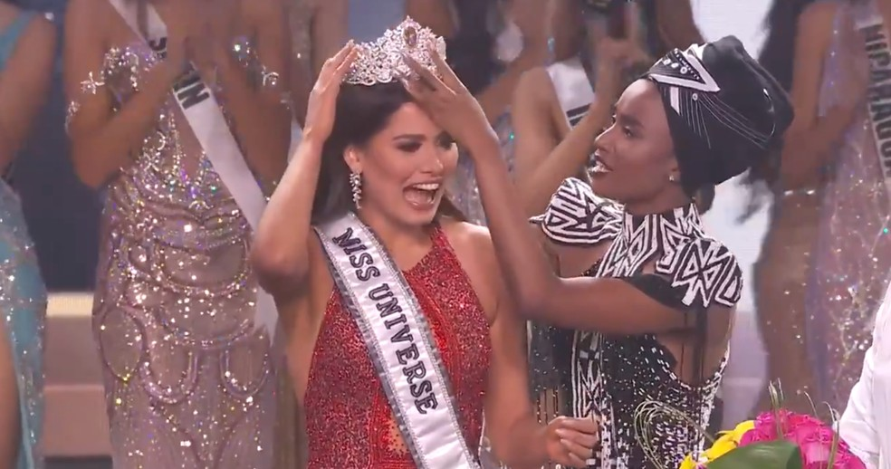 A mexicana Andrea Meza recebe a coroa da sul-africana Zozibini Tunzi — Foto: Reprodução Twitter/missuniverse