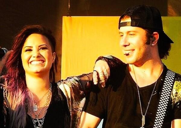 O guitarrista Mike Manning com a cantora Demi Lovato (Foto: Instagram)