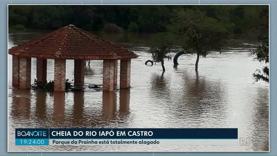 Enchente do rio Iapó deixa parque debaixo d'água em Castro
