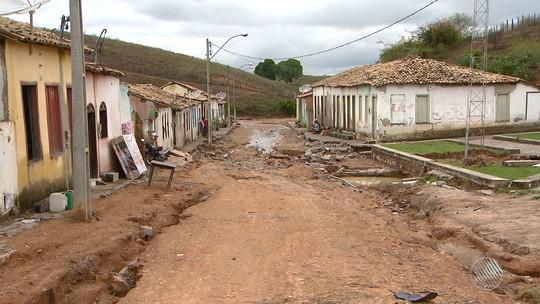 Famílias contam perdas de móveis após forte chuva em Lajedinho, BA