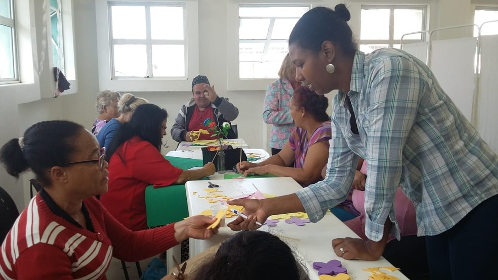 Para Luciana, os grupos de crochê são uma forma de terapia — Foto: Fernando Cortez/Arquivo pessoal