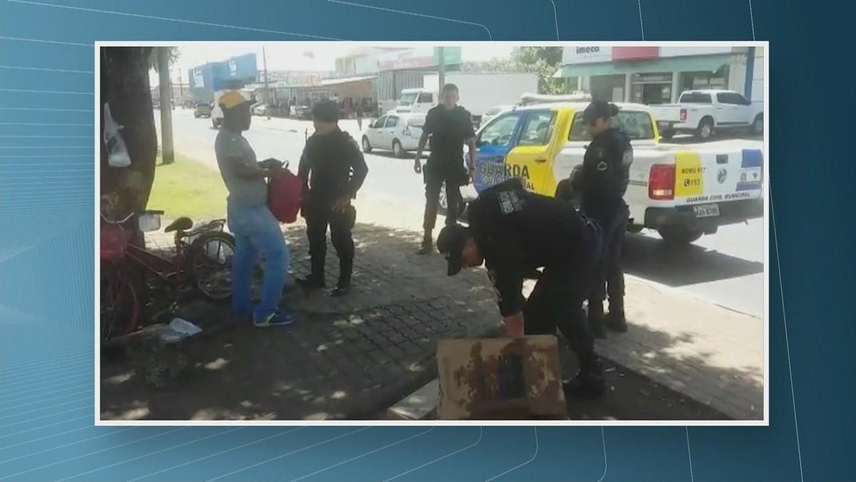 GCM manda venezuelanos saírem de semáforos em Boa Vista e apreende produtos que eles vendiam nas ruas