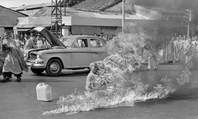 O monge  Thich Quang Durc após atear fogo no seu corpo, em Saigon
