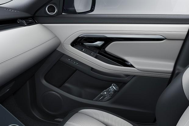 Detalhes de acabamento do painel e da forração de porta do Range Rover Evoque 2019 (Foto: Divulgação)