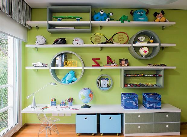 A brincadeira com formas geométricas nas prateleiras retas quebrou a sisudez neste quarto de menino. Desenhadas pela arquiteta Vanessa de Barros, elas formam um canto de estudo e lugar para guardar brinquedos (Foto: Marcelo Magnani)