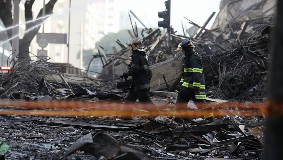 Bombeiros isolam ruas no Centro de SP após incêndio que derrubou prédio na região (Foto: Marcelo Brandt/G1)