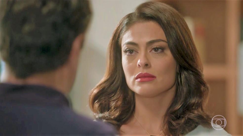 Carolina (Juliana Paes) ouve exigências em 'Totalmente Demais' — Foto: TV Globo