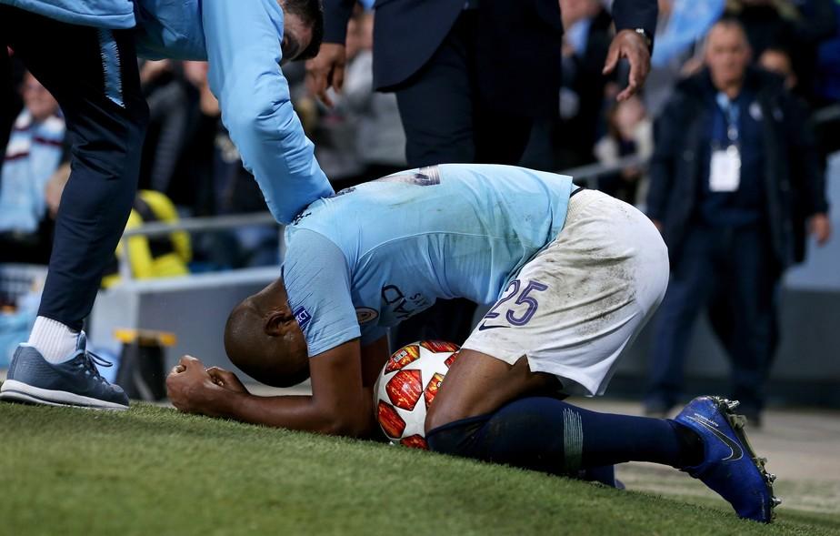Fernandinho esbraveja contra árbitro de vídeo após queda do City para o Tottenham: