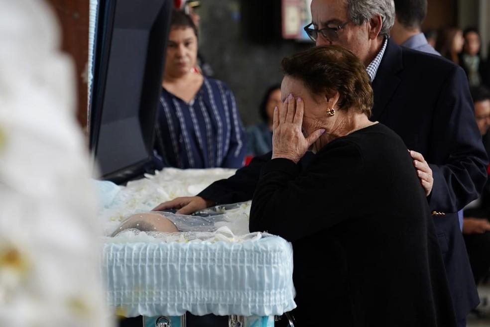 Mãe de Gugu, Maria do Céu, chora ao ver corpo do filho na Alesp. — Foto: Marcelo Brandt/G1
