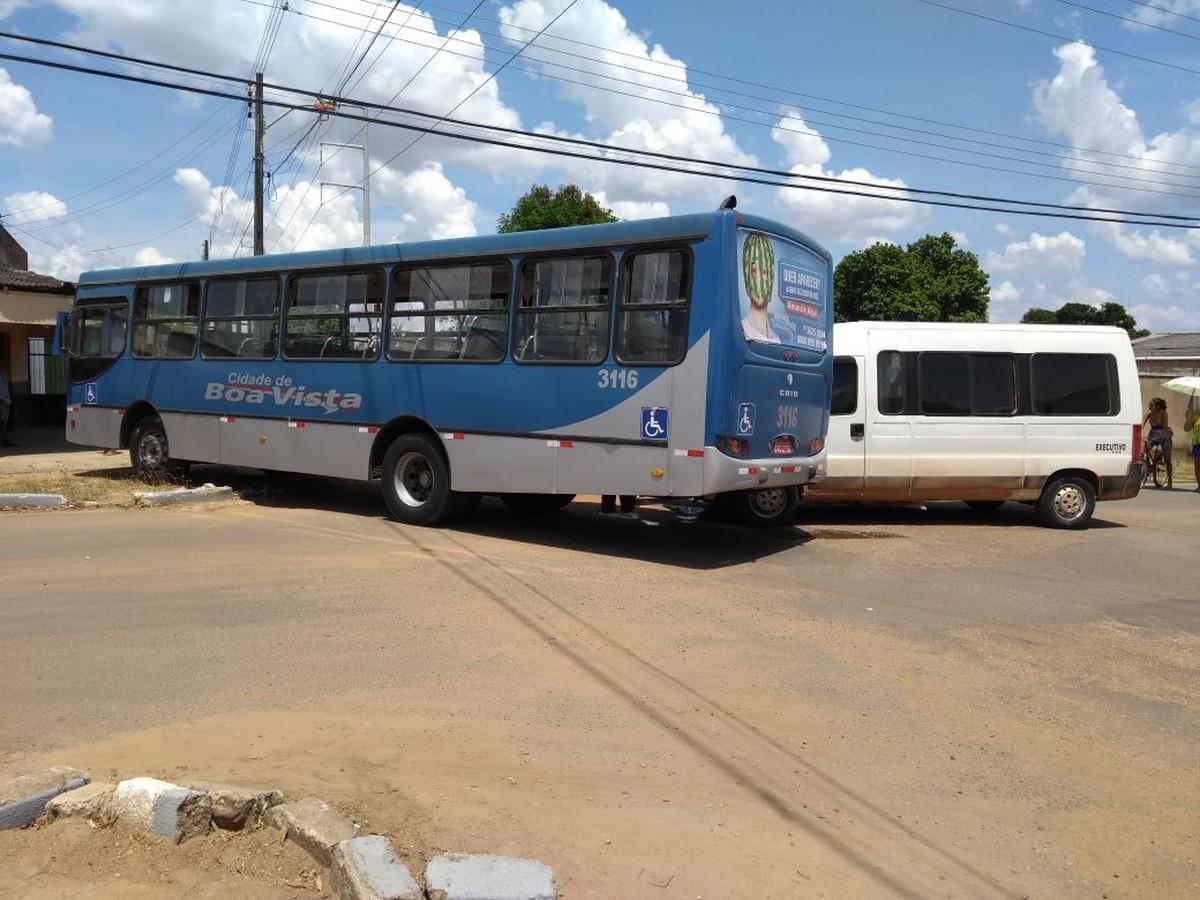 Van bate em ônibus em cruzamento na zona Oeste de Boa Vista