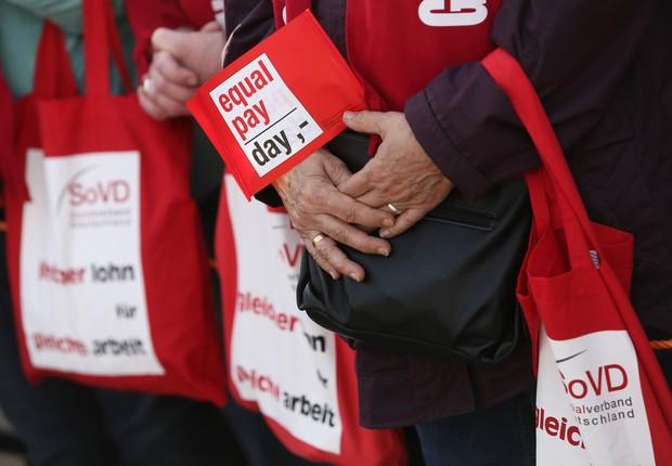Mulher segura placa no Equal Pay Day da Alemanha, em 2014 (Foto:  Adam Berry/Getty Images)