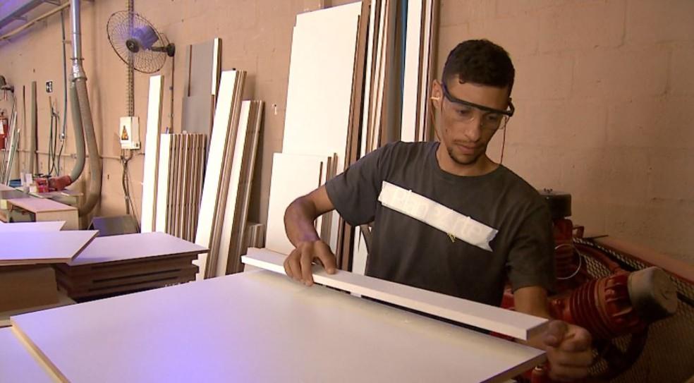 O marceneiro Carlos Junior Alves Cardoso, em uma empresa de Ribeirão Preto (SP) — Foto: Reprodução/EPTV