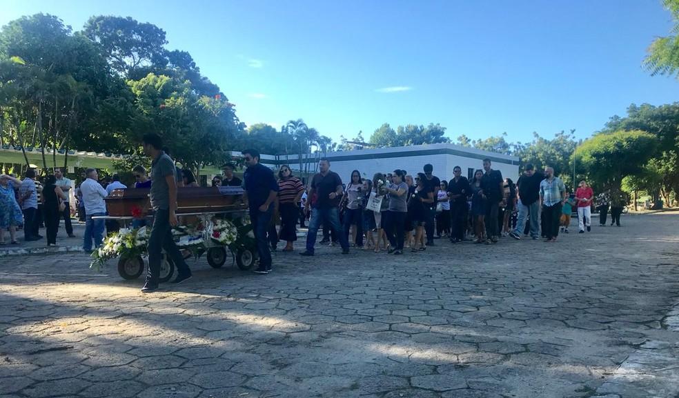 -  Nayana Costa foi sepultada em cerimônia reservada a familiares e amigos  Foto: Bárbara Sena/TV Verdes Mares