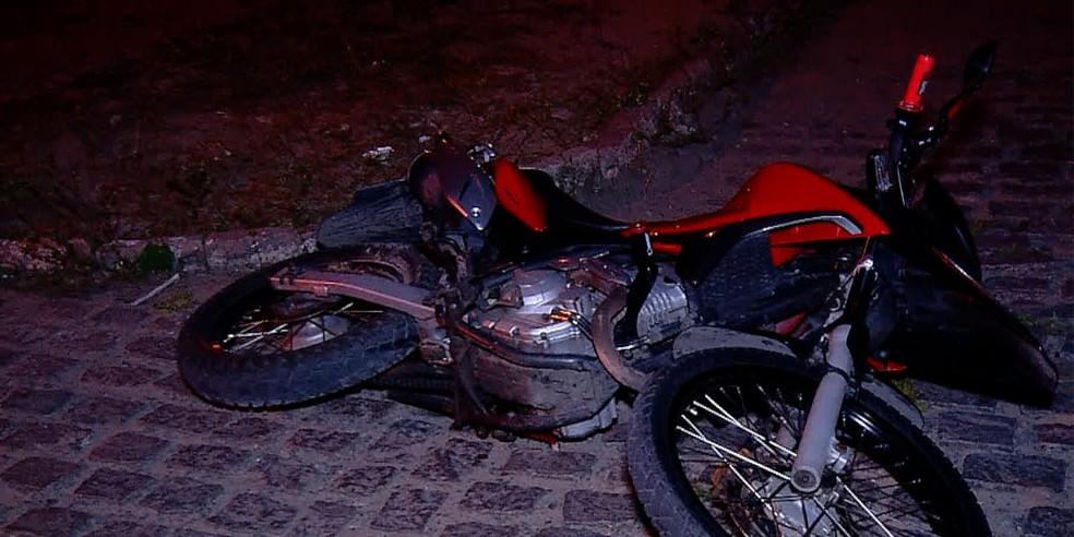 Homem abandonou a moto e correu, mas foi atingido por vários disparos — Foto: Reprodução/Inter TV Cabugi