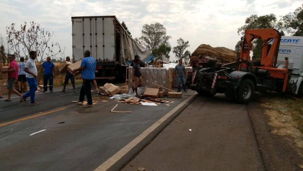 Batida traseira entre dois caminhões em Patos de Minas (MG) — Foto: Paulo Barbosa/G1