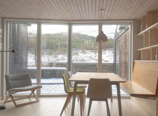 A decoração escandinava está presente no interior (Foto:  Richard Fraser/ Deezen/ Reprodução)