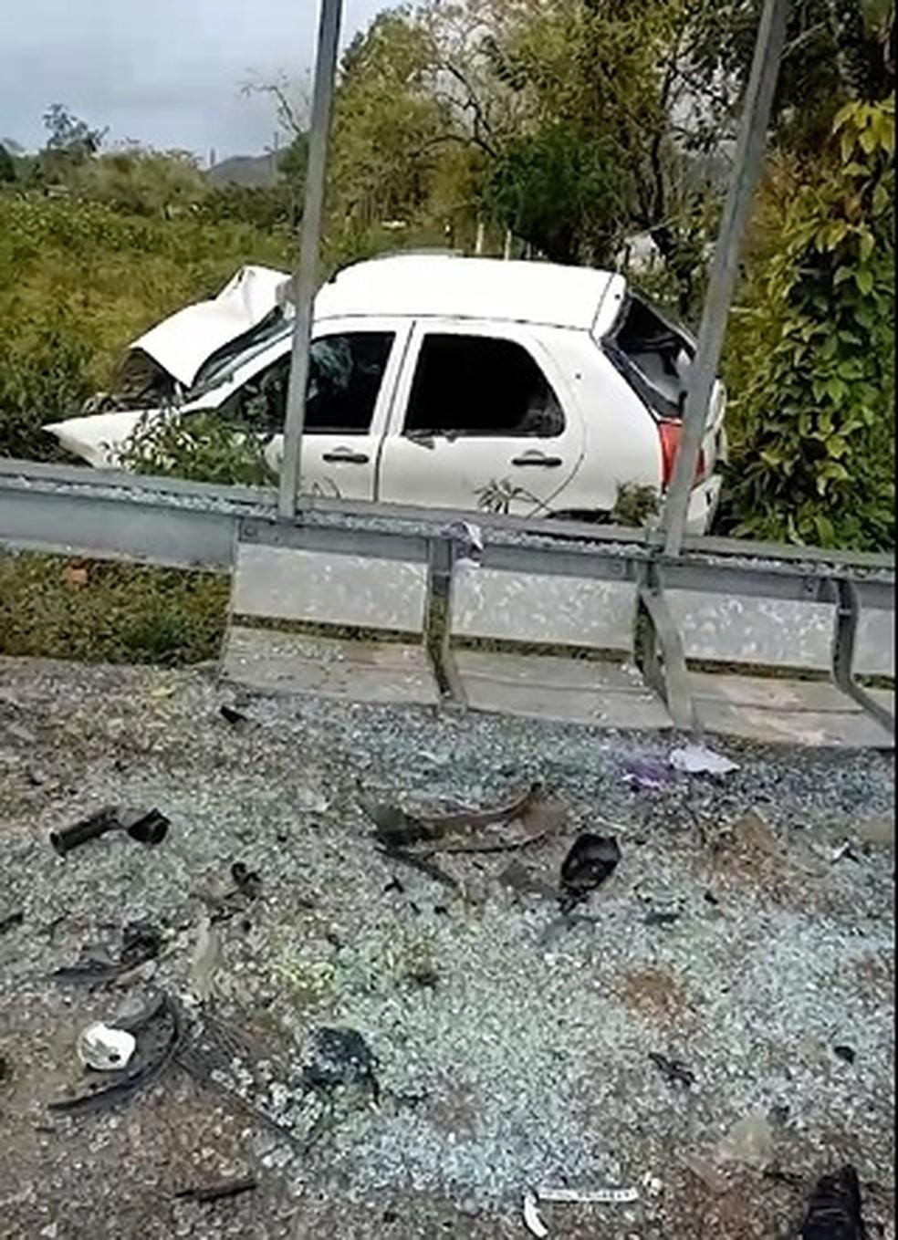 Motorista invadiu ponto de ônibus em Caraguatatuba — Foto: Warley Vieira/Vanguarda Repórter