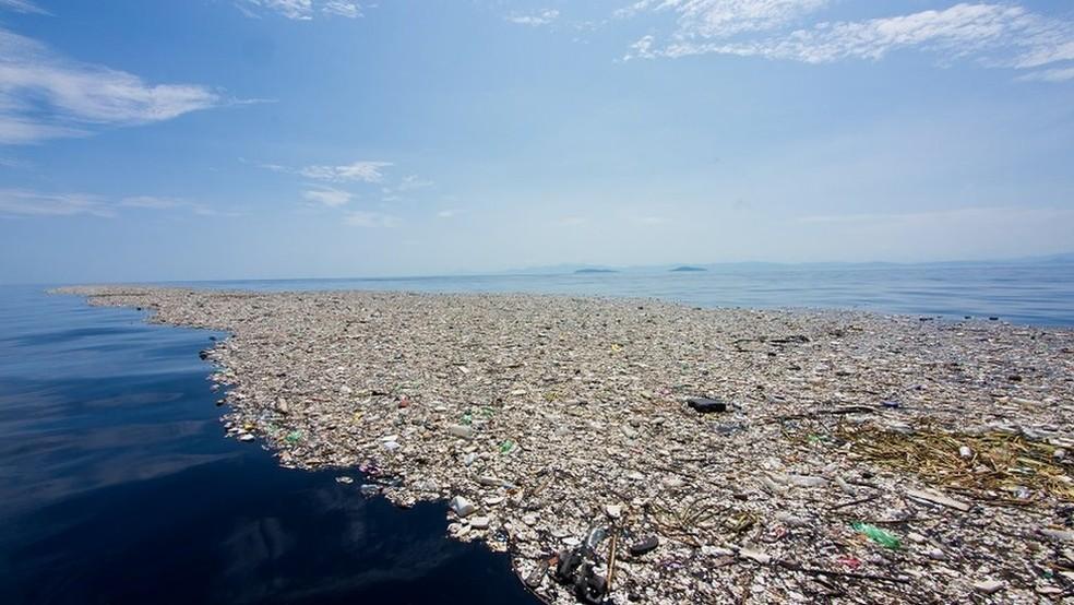 Camada de lixo que tem flutuado entre as costas da Guatemala e de Honduras (Foto: Cortesia Caroline Power)