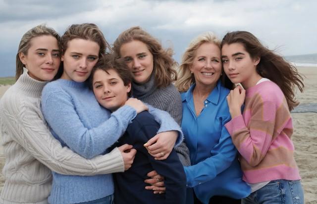 Dra. Biden com seus netos, Naomi, Finnegan, Hunter, Maisy e Natalie, em Delaware (Foto: Fotografado por Annie Leibovitz para Vogue de agosto de 2021)