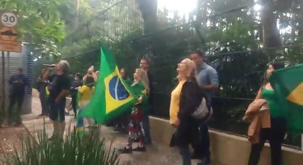 Bolsonaristas protestam em frente ao prédio do ministro do STF Alexandre de Moraes em São Paulo — Foto: Reprodução/Redes sociais