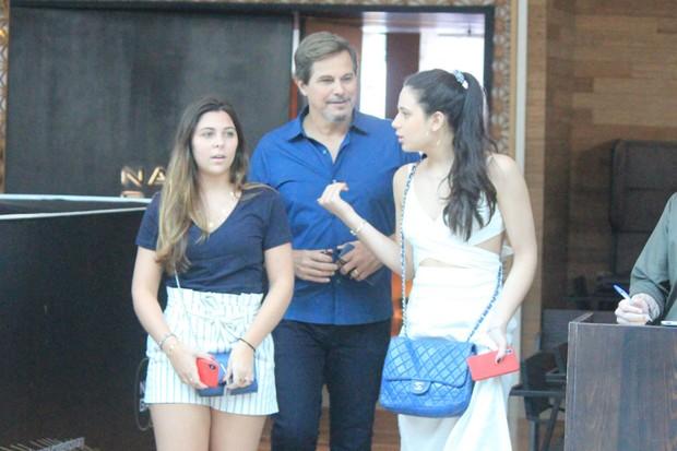Sophia Raia (dir) em passeio com Edson Celulari e amiga (Foto: Dilson Silva/AgNews)