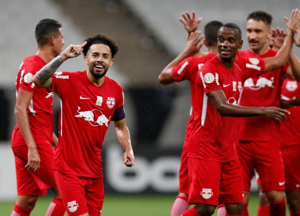 Claudinho comemora gol contra o Corinthians ao lado de Helinho, que fez o primeiro gol da vitória por 2 a 0 — Foto: Ari Ferreira/Red Bull Bragantino