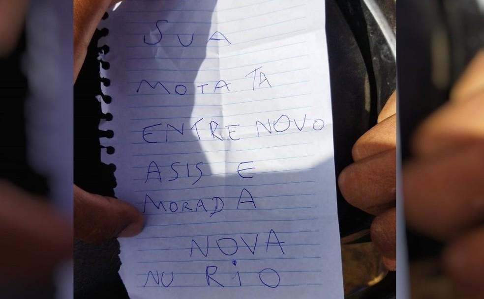 Homem tem motocicleta roubada em Parambu, no Ceará, e criminoso deixa bilhete informando onde o veículo seria deixado — Foto: Reprodução