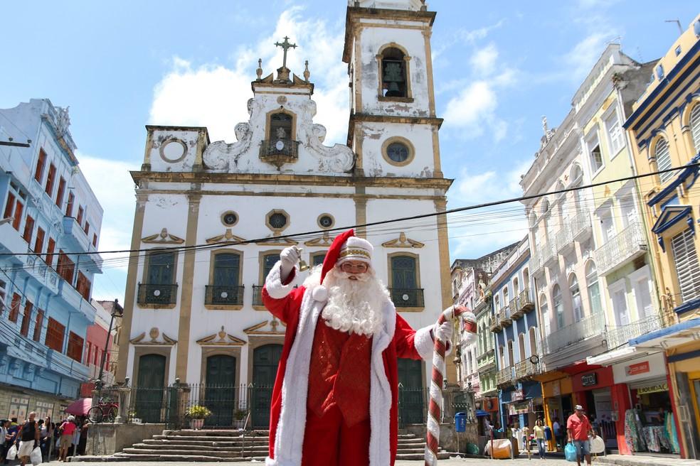 Papai Noel na frente da Igreja do Livramento, no comércio do Centro do Recife — Foto: Marlon Costa/Pernambuco Press
