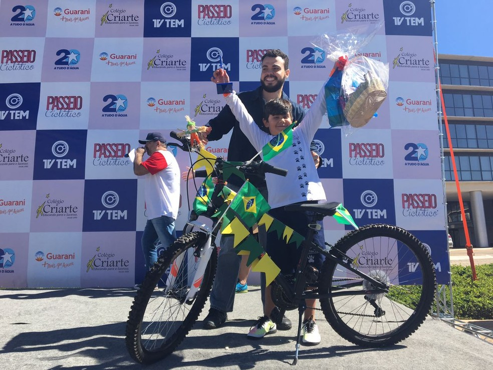 Na categoria 'bike mais enfeitada', o vencedor foi Miguel Magri, de 8 anos (Foto: Renato Pavarino/G1)