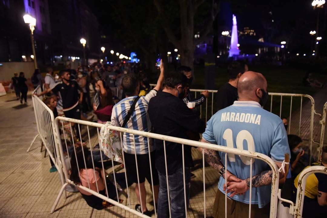 Torcedores fazem fila para o velório de Maradona