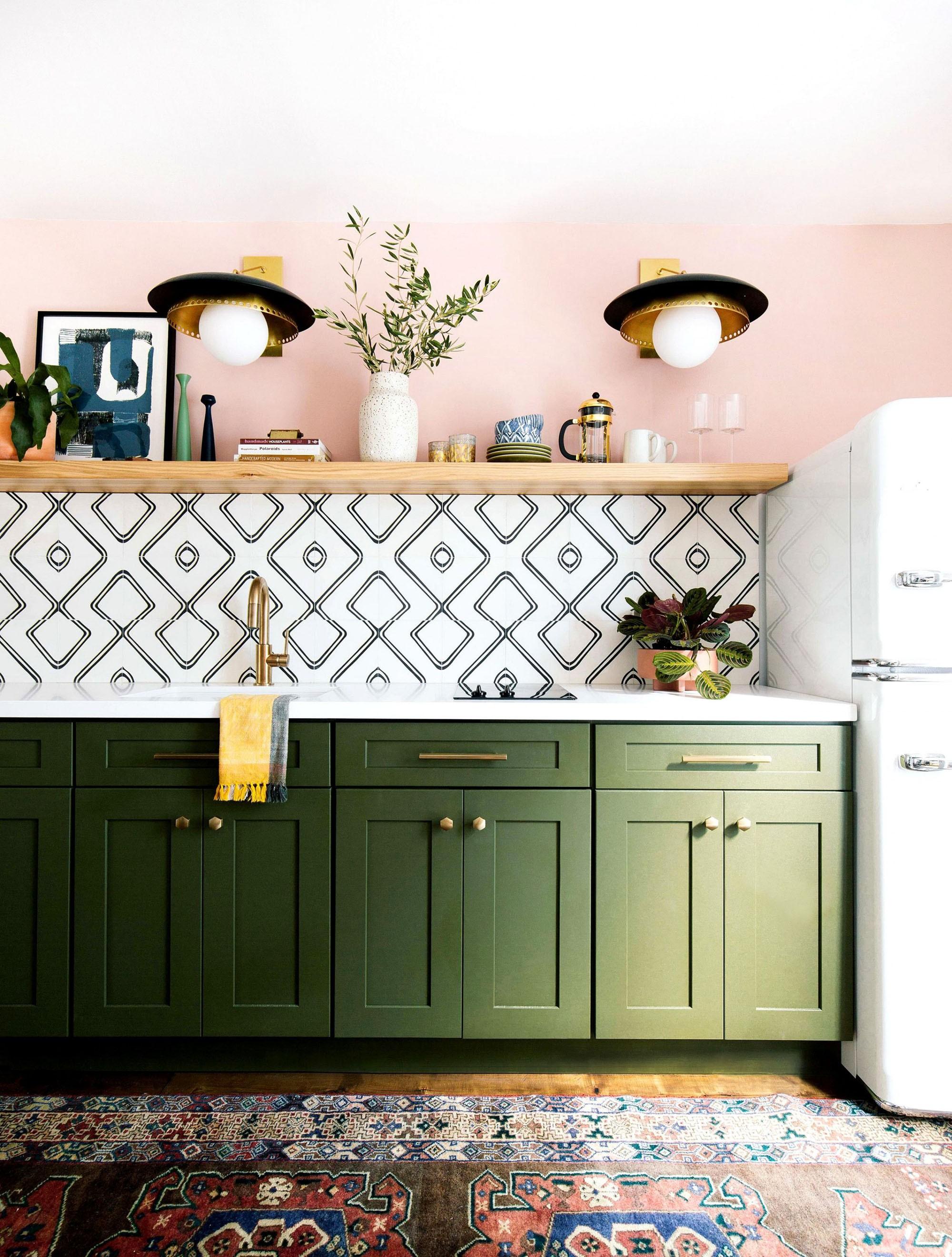 Décor dia: cozinha verde e rosa com azulejos geométricos (Foto: Divulgação)