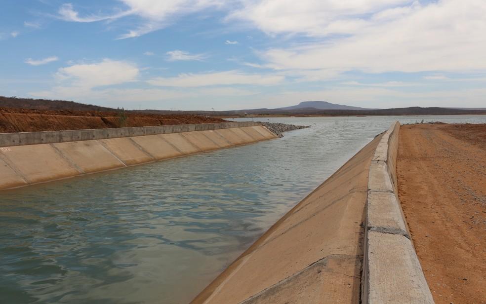 Canal desaguando em lago do eixo leste da obra da transposição das águas do Rio São Francisco (Foto: Artur Lira/G1)