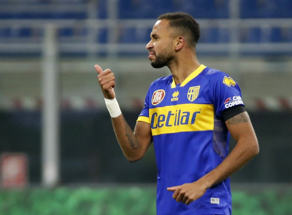 Hernani comemora gol do Parma — Foto: REUTERS/Alessandro Garofalo