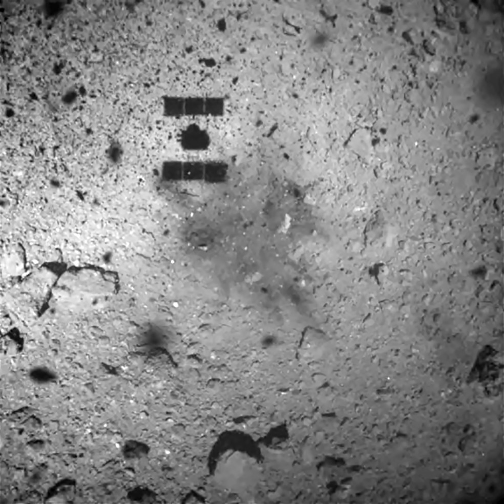 Imagem de fevereiro de 2019 feita a 30 metros de distância do asteroide Ryugu mostra a sonda Hayabusa2 se aproximando do corpo celeste. — Foto: Nagooya University / Jaxa / Tokyo University / Kochi University / Rikkyo University / Chiba Institute of Technology / Meiji University / Aizu University / National Institue of Advanced Science and Technology / AFP