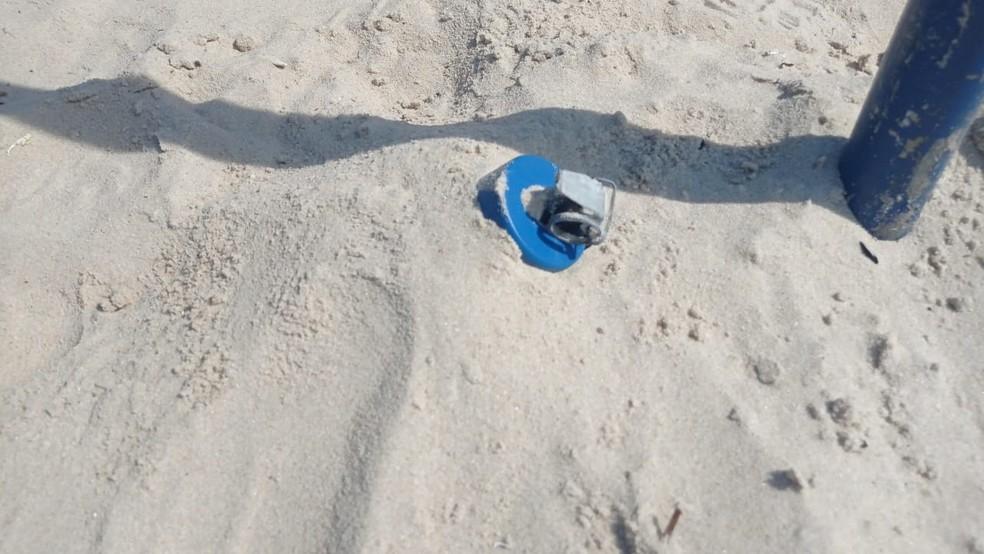 Granada enterrada na areia da Praia de Copacabana — Foto: Reprpodução